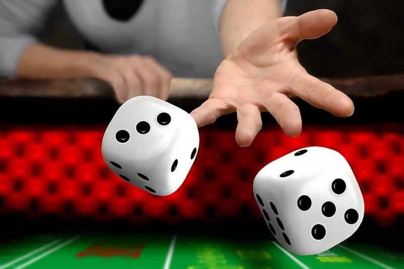 Gra w kości odbywająca się na zielonym stole przy pomocy dwóch kości
