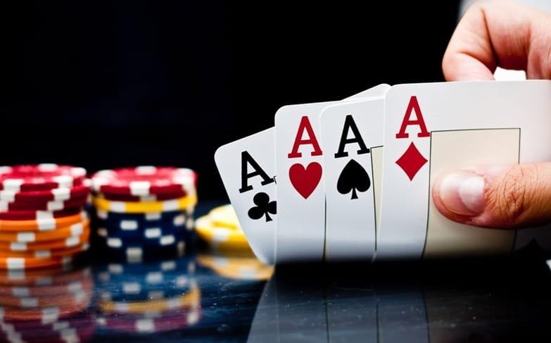 Poker pokazanie jednego z wielu układów kart w tym wypadku - kareta.
