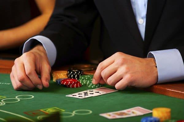 strategie, kasyno, stół, żetony, ręka, zielony stół, karty