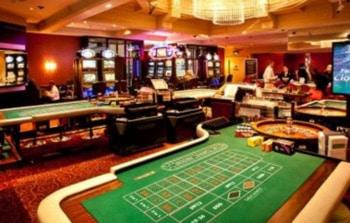 kasyno stacjonarne, kasyno, stoły, poker, krupier, goście